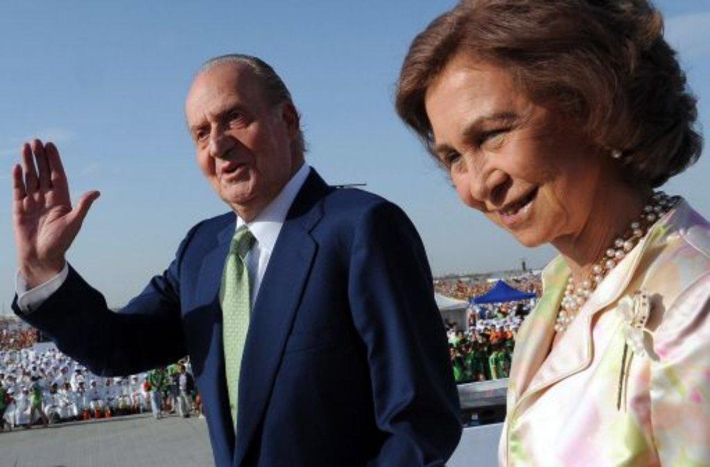Seit fast 40 Jahren sitzt König Juan Carlos auf dem spanischen Thron. An seiner Seite: Königin Sofía. Laut einer Umfrage wünschen sich zwei Drittel der Spanier, der König möge das Zepter an seinen Sohn Felipe weitergeben. Bisher hatte sich Juan Carlos strikt geweigert, am Montag kam nun die überraschende Nachricht: Der König dankt ab. Foto: dpa