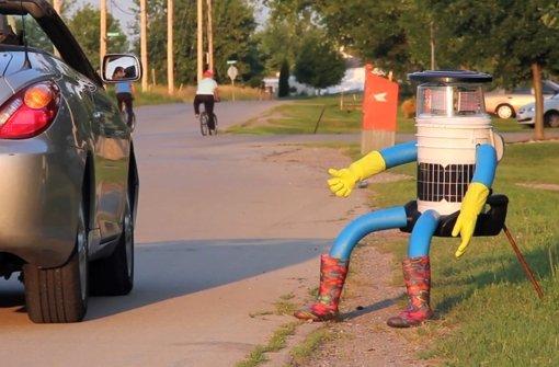 Der Roboter Hitchbot ist elf Kilogramm schwer und lässt sich auf dem Sitz festgurten. Foto: dpa