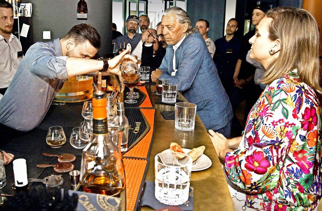 Charles Schumann (Mitte) und Rocio Osborne (rechts) beäugen kritisch die Arbeit der Bartender. Foto: Lichtgut/Willikonsky