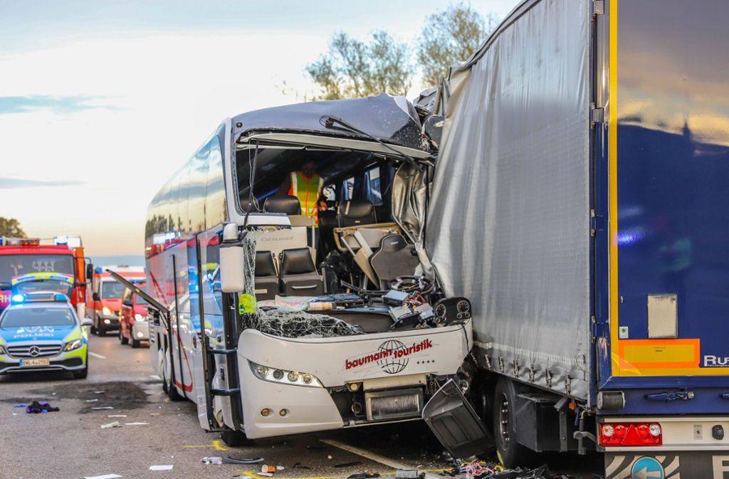 Aus noch ungeklärten Gründen geriet der Bus auf die Gegenfahrbahn. Foto: 7aktuell.de/Fabian Geier