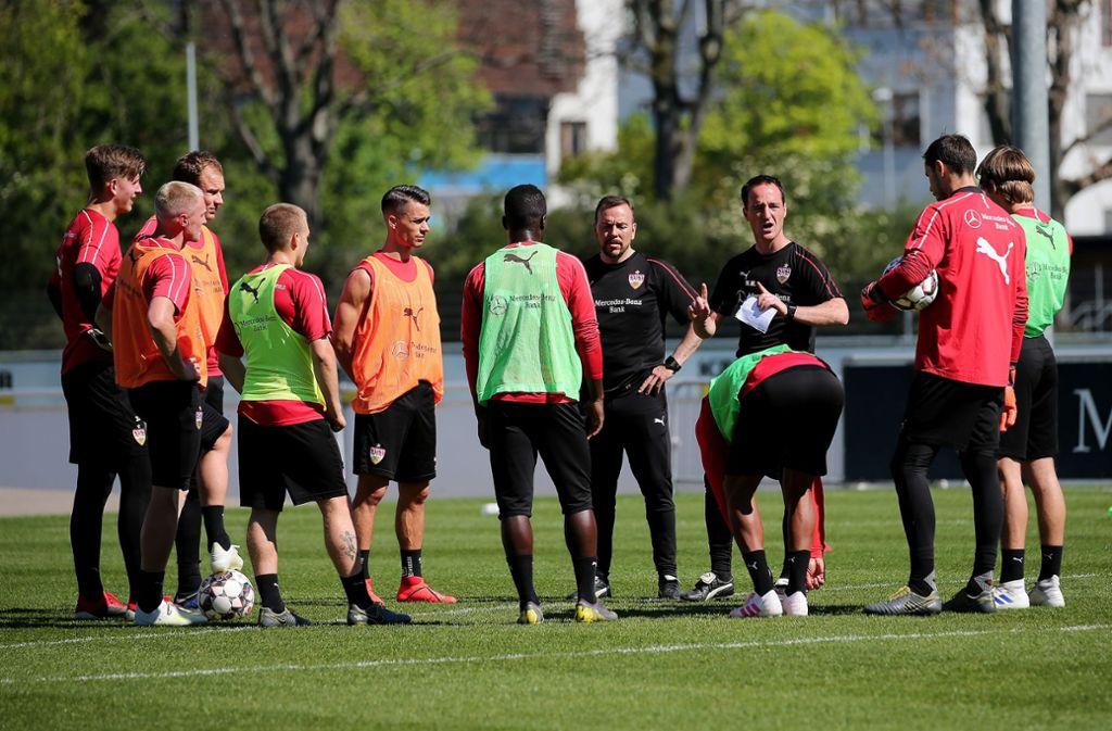 Nico Willig (3. v. re.) mit seinen neuen Schützlingen beim VfB Stuttgart. Foto: Baumann
