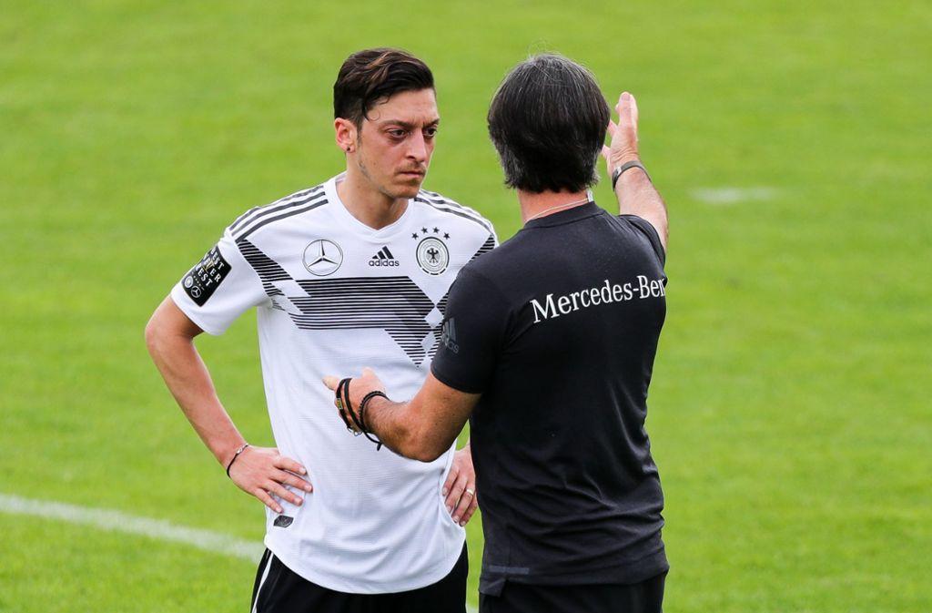Mesut Özil (links) und Bundestrainer Joachim Löw Foto: dpa
