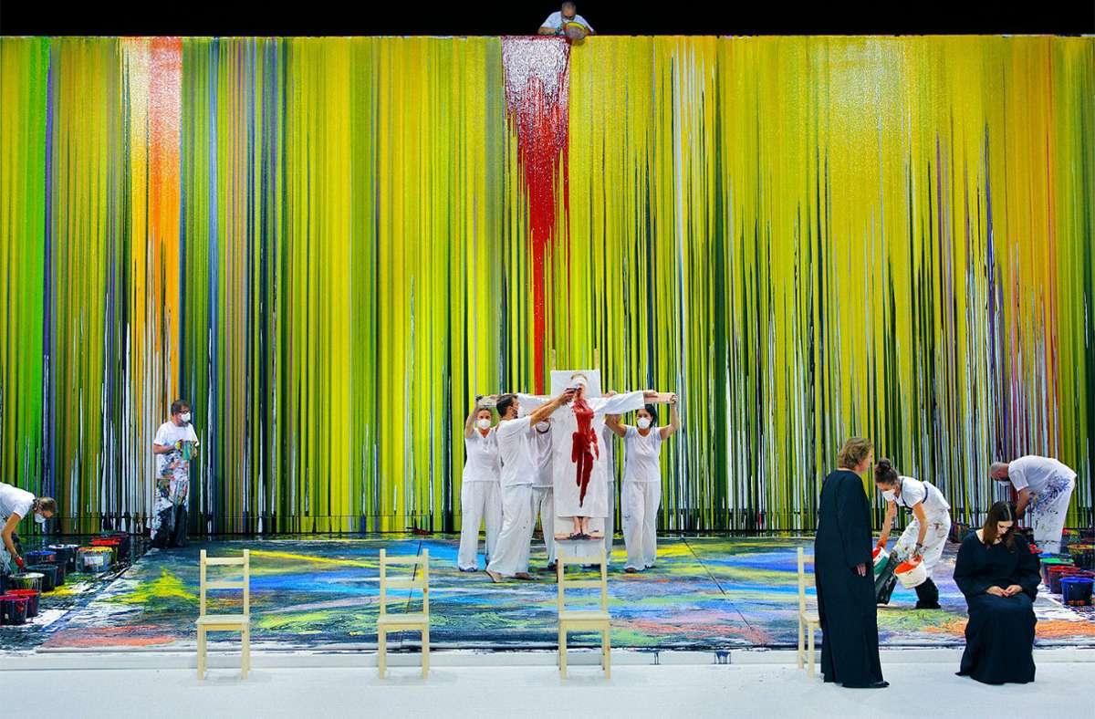 """Schüttbilder sind ein Markenzeichen von Hermann Nitsch; hier sind die Malassistenten des Künstlers während der """"Walküre"""" in Aktion. Foto: dpa/Enrico Nawrath"""