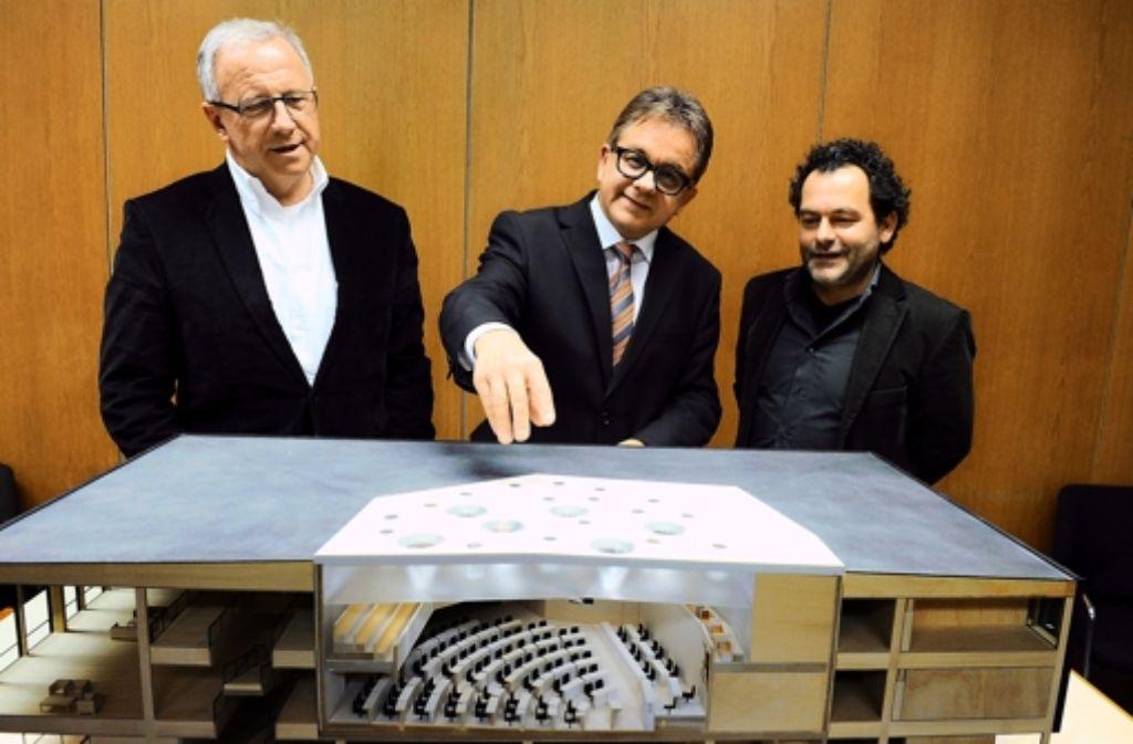 Landtagspräsident Guido Wolf (Mitte) präsentiert den Siegerentwurf. Foto: Landtag