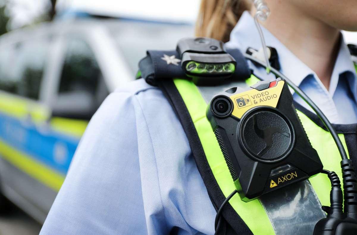Nach der neuen Fassung des  Gesetzes dürfen Polizisten in bestimmten Fällen ihre Bodycams auch in Wohnungen und Diskotheken einsetzen. Foto: dpa/Oliver Berg
