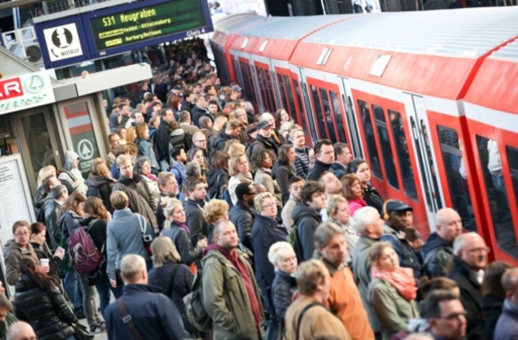 Mehrere Störungen bremsen am Freitagmittag die S-Bahnen in Stuttgart aus. Foto: dpa/Symbolbild