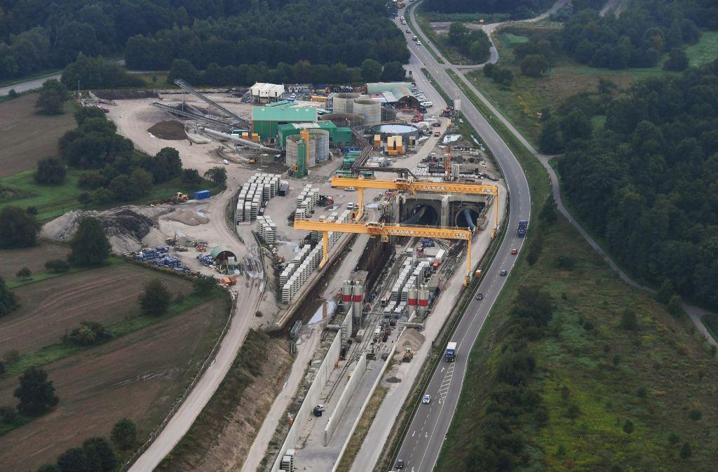 Neun Tage nach dem Erdrutsch an einer Tunnelbaustelle im badischen Rastatt und der Sperrung der Rheintalbahn gibt die Bahn jetzt Einblick in die Reparaturarbeiten. Foto: dpa