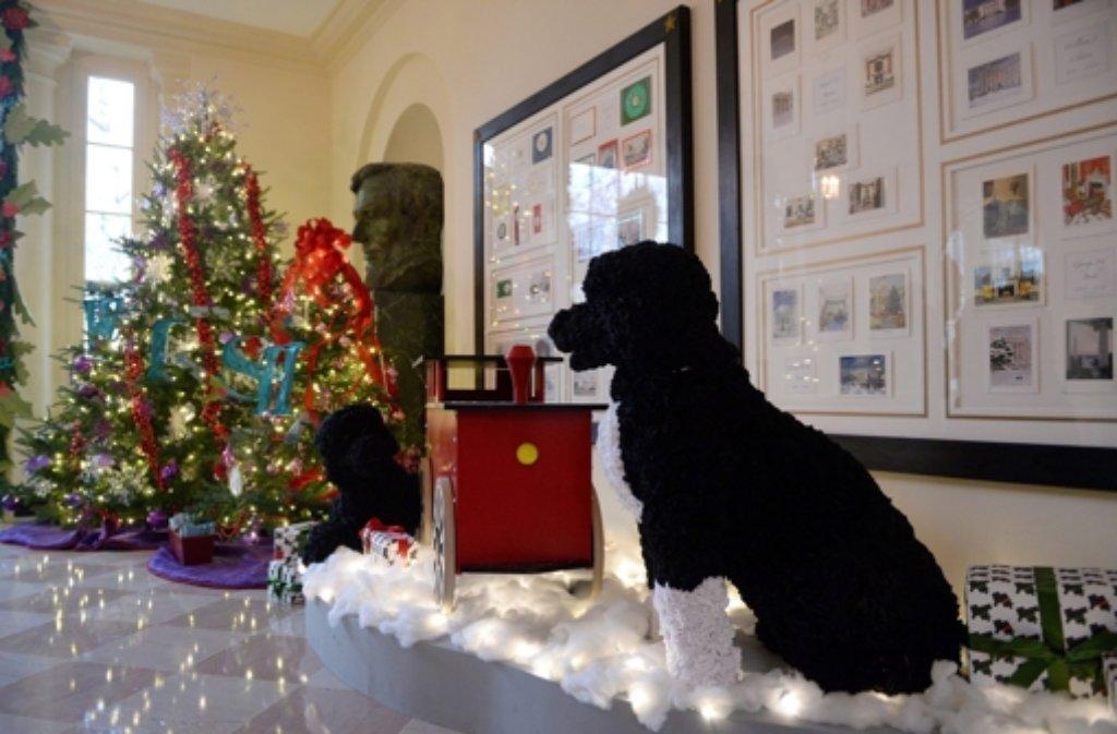 Weihnachsstimmung im Weißen Haus in Washington: Eine Nachbildung des Forst Dog Bo wacht über das Winterwunderland für Kinder. Foto: dpa