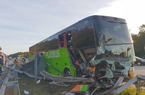 Flixbus kracht in Leitplanke – mindestens 18 Verletzte
