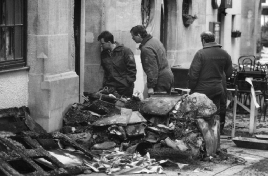 Den Beamten bietet sich nach dem 16. März 1994 ein schreckliches Bild in der Geißstraße am Hans-im-Glück-Brunnen mitten in der Stuttgarter Innenstadt. In der folgenden Bilderstrecke erinnern wir an die verheerende Brandkatastrophe mit acht Toten. Foto: Michael Steinert