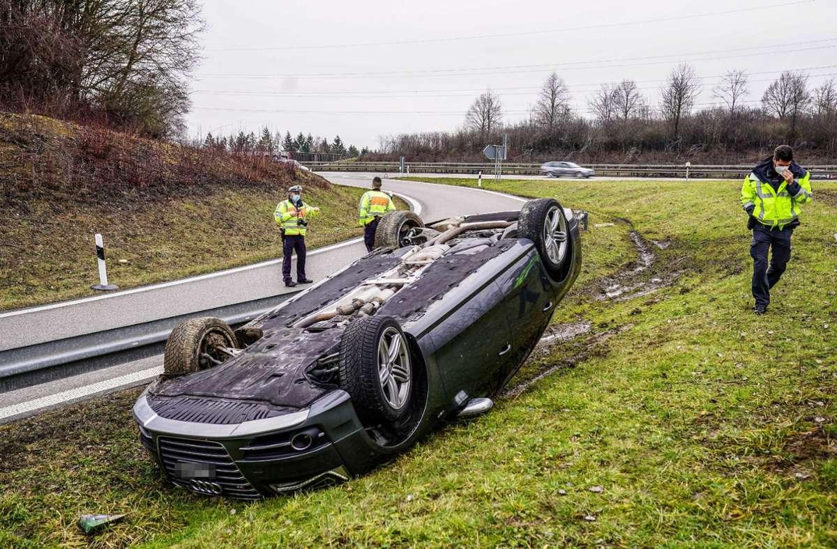 Der 19-jährige Fahrer konnte sich aus eigener Kraft aus dem Unfallauto befreien. Foto: SDMG/Kohls