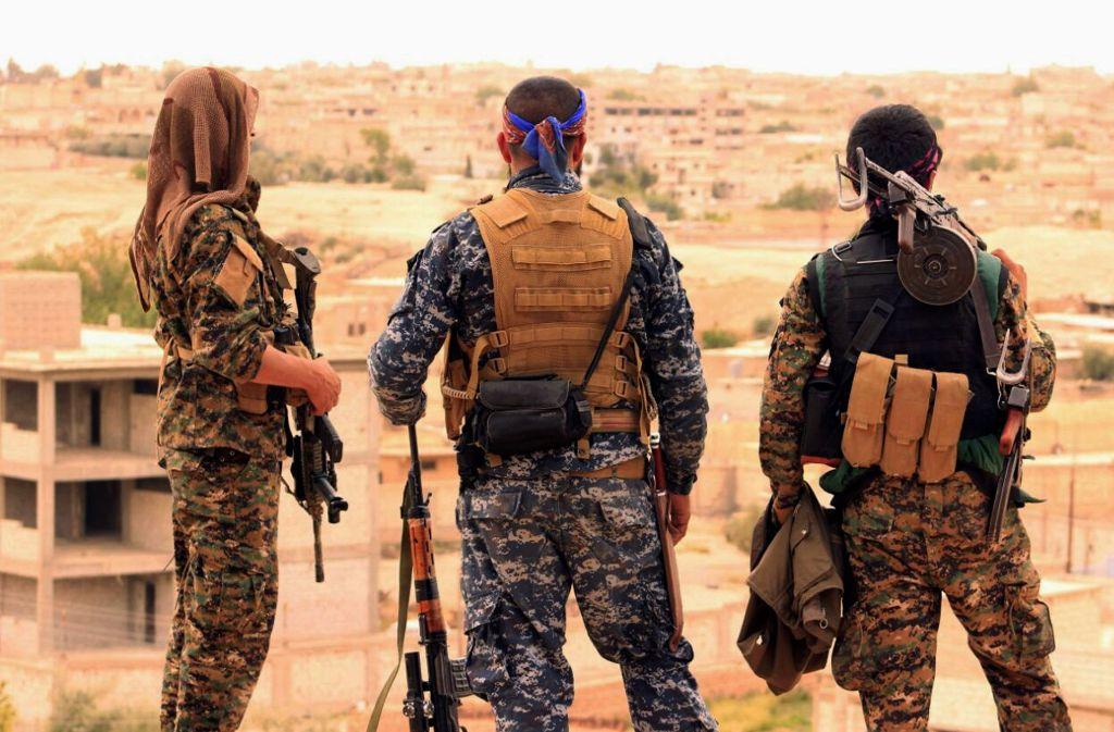 Nach Angaben von Aktivisten sind bei einem Luftangriff in Syrien 57 Menschen getötet worden. Foto: Syrian Democratic Forces/AP