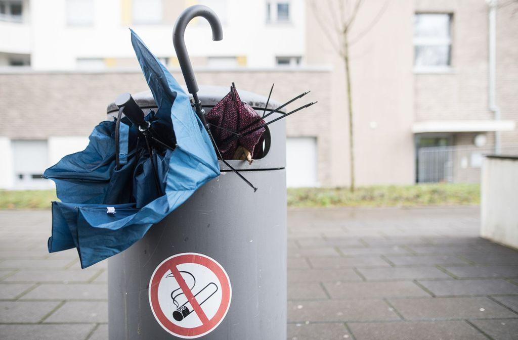 """Regenschirme fielen auch in Stuttgart Sturmtief """"Uwe"""" zum Opfer. Foto: dpa"""