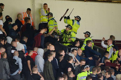 Spielabbruch: Fans von Hannover 96 randalieren in Burnley