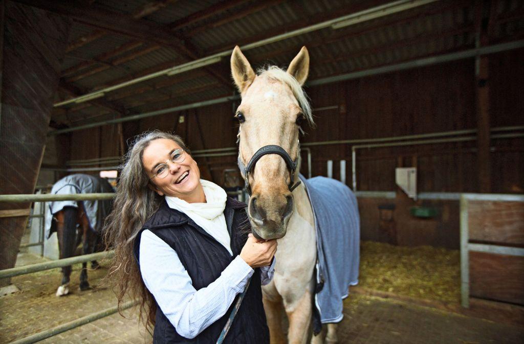 Konstanze Krüger erforscht das Verhalten von Pferden.  Die Professorin hat eine umfassende Sicht auf die Tiere. Foto: Horst Rudel