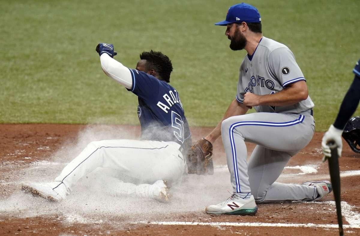 Die Baseballer schwimmen auf einer Woge des Erfolges: Randy Arozarena von den Tampa Bay Rays (li.) punktet gegen Robbie Ray von den Toronto Blue Jays. Foto: AP/Chris OMeara