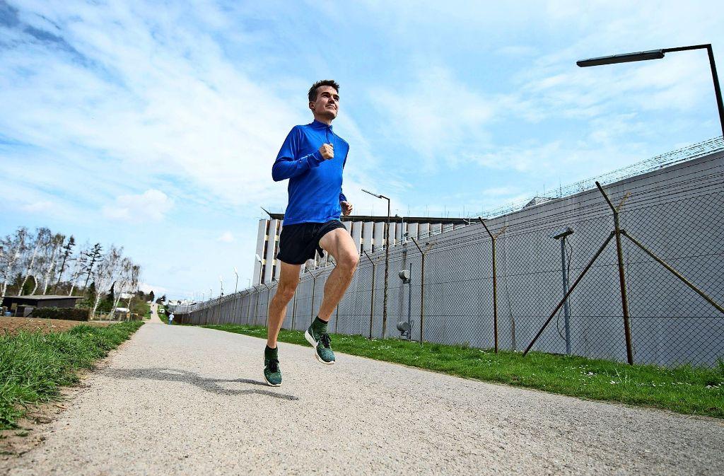 Auf dem Weg zurück zu alter Stärke: Eine seiner Trainingsstrecken führt Marathonläufer Arne Gabius an der Justizvollzugsanstalt  in Stuttgart-Stammheim vorbei. Foto: dpa