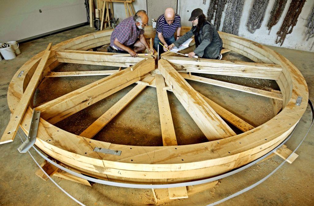 Maßarbeit aus Eichenholz –  eine Gruppe Ehrenamtlicher verhilft der Sägemühle zu einem neuen Rad. Foto: Eppler