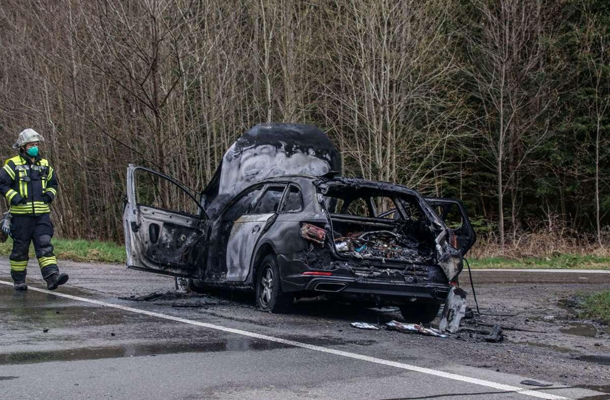 Als die Feuerwehr eintraf, stand das Auto bereits in Flammen. Foto: SDMG/ Dettenmeyer