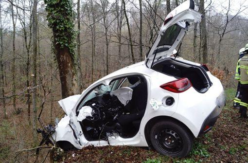 Auto kracht frontal gegen Baum – 22-Jähriger schwerst verletzt