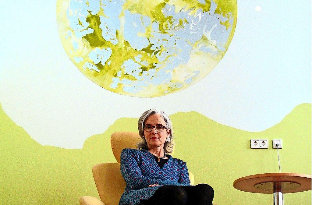 Isabel Grüner, Kunstbeauftragte im Robert-Bosch-Krankenhaus, vor einer Wand der sogenannten Elternschule, gestaltet von Hannes Trüjen. Foto: Susanne Müller-Baji