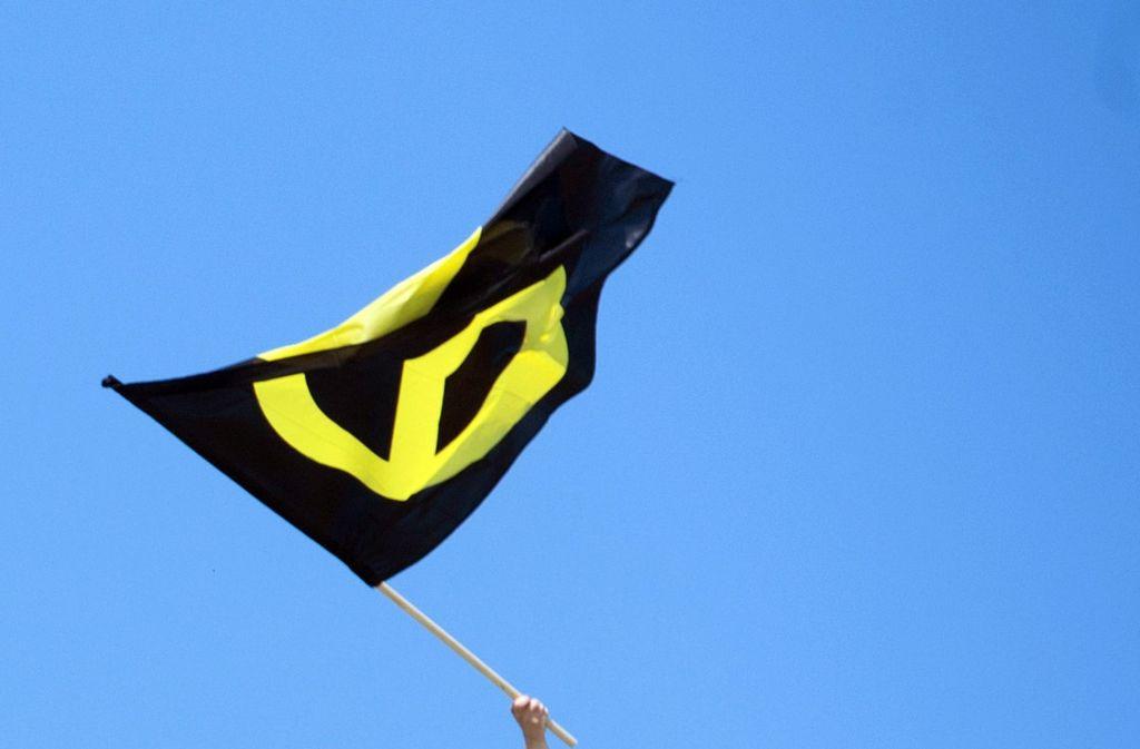 Die Flagge zeigt das Zeichen der Identitären Bewegung. Foto: dpa