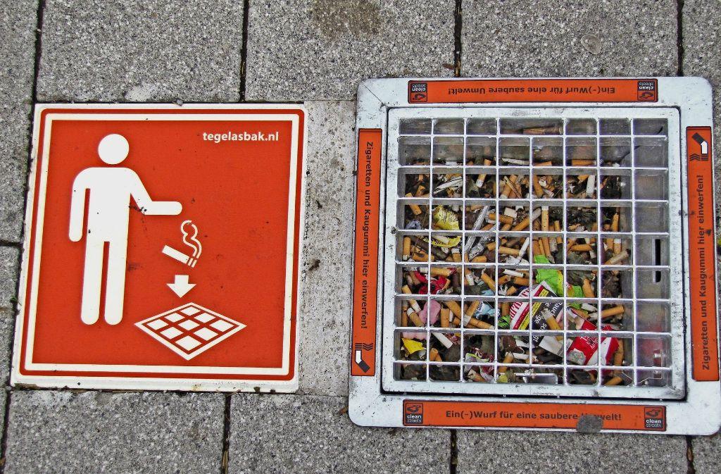 Die Stadt Waldenbuch testet den Gully-Aschenbecher. Zwei Exemplare befinden sich an der Bushaltestelle am Postamt, einer im Eingangsbereich des Hallenbades. Foto: Claudia Barner