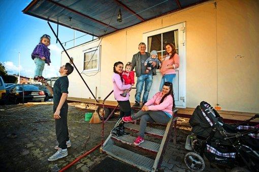 Eine Großfamilie lebt im Wohnwagen