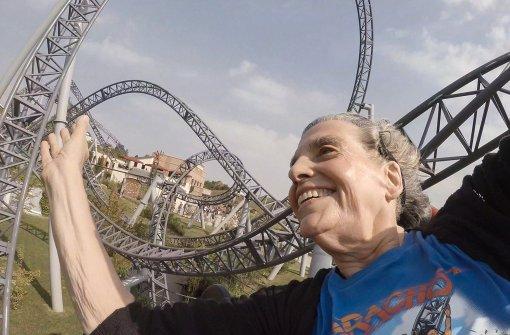 Diese Rentnerin will auf der Achterbahn ihre Rückenschmerzen kurieren