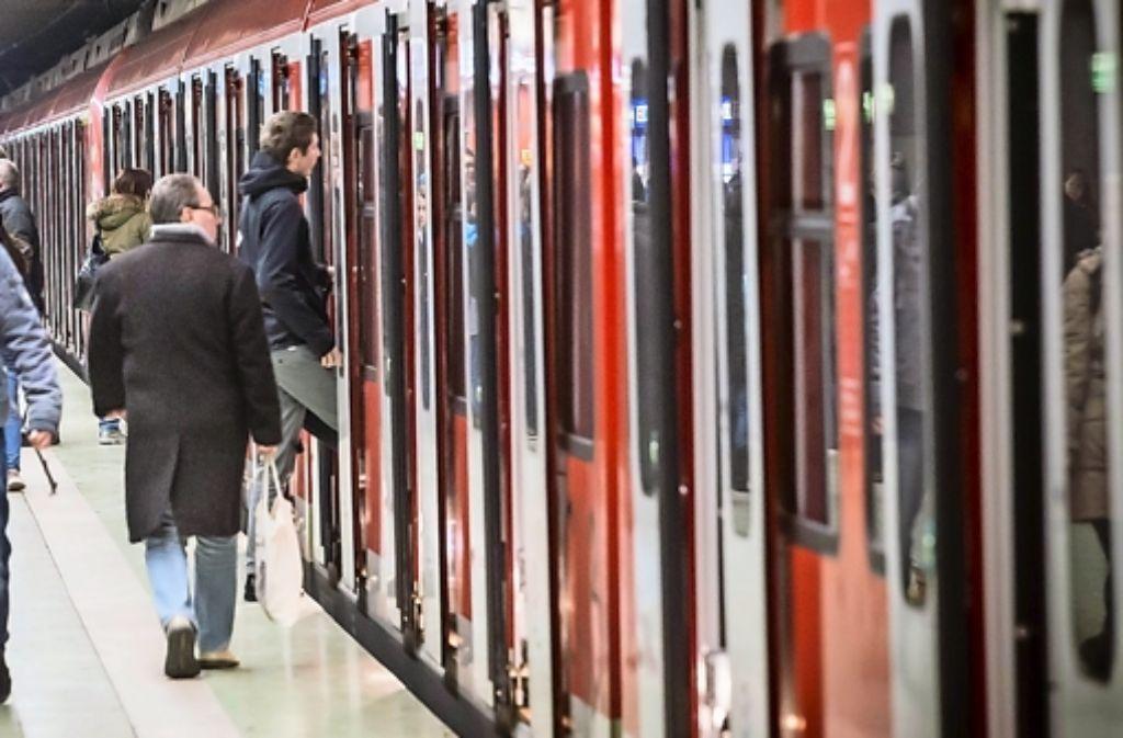 Immer mehr Tickets für den VVS werden via Smartphone aufgerufen.  Foto: Lichtgut/Achim Zweygarth