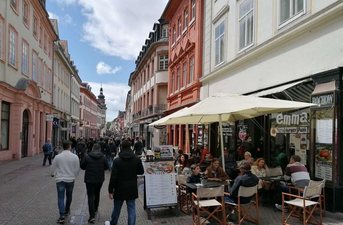 Mehr Menschen als sonst zu Pandemie-Zeiten bummelten durch die Stadt am Neckar, zu Gedränge kam es aber nicht. Foto: Andreas Rosar/Fotoagentur Stuttgart