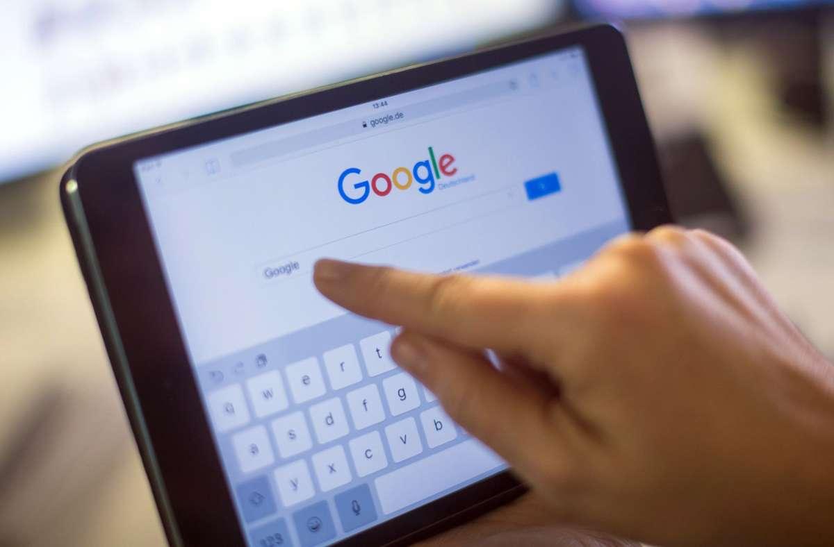 Die Kommission für Jugendmedienschutz (KJM) bewertet die Jugendfilter der Suchmaschinen Google und Bing kritisch. (Symbolbild) Foto: dpa/Lukas Schulze