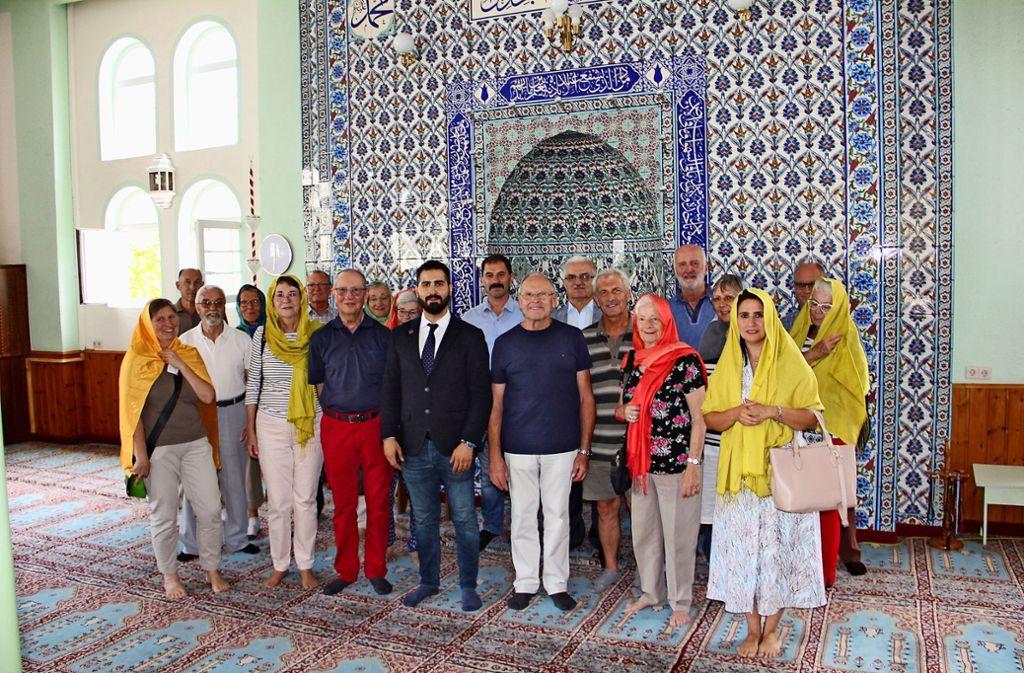 Die Besuchergruppe vor der Gebetsnische des Imam Foto: Torsten Ströbele