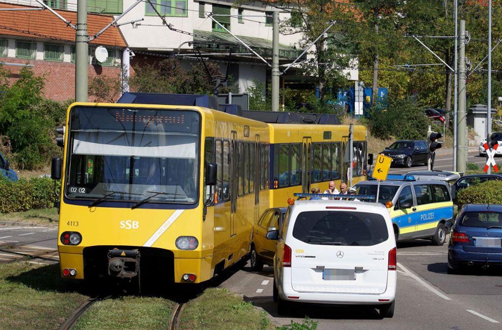 In Bad Cannstatt sind eine Stadtbahn und ein Auto zusammengestoßen. Foto: Andreas Rosar