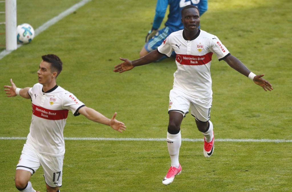 Erik Thommy (links) und Chadrac Akolo bejubeln den Sieg des VfB Stuttgart beim FC Bayern München. Foto: Baumann