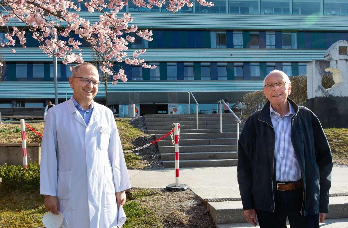 Martin Reber (rechts) kann den Frühling genießen: Der Chefarzt  Stefan Benz Foto: Eibner/Roger Bürke