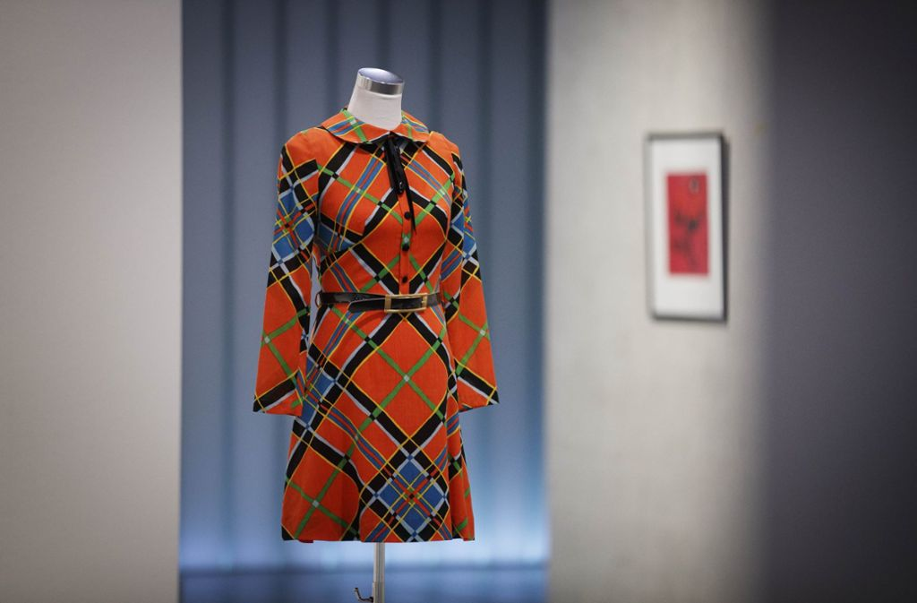 Ein knallfarbener Hingucker: Kleid aus der Sammlung Bräu, im Hintergrund ein Farblinolschnitt von Francois Berthoud. Foto: Gottfried Stoppel