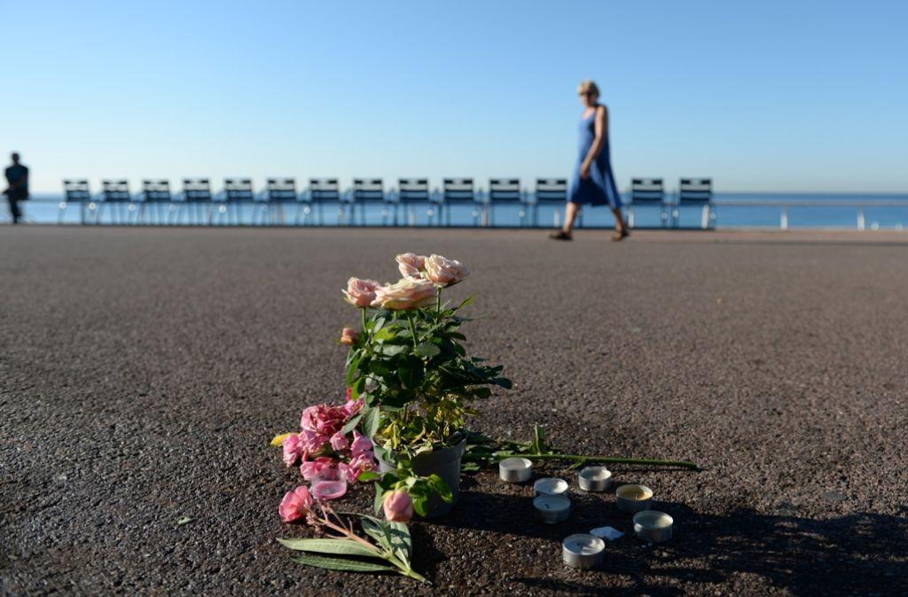 Blumen liegen an einem Orte an der Promenade in Nizza, an dem beim Anschlag Menschen gestorben sind. Foto: dpa