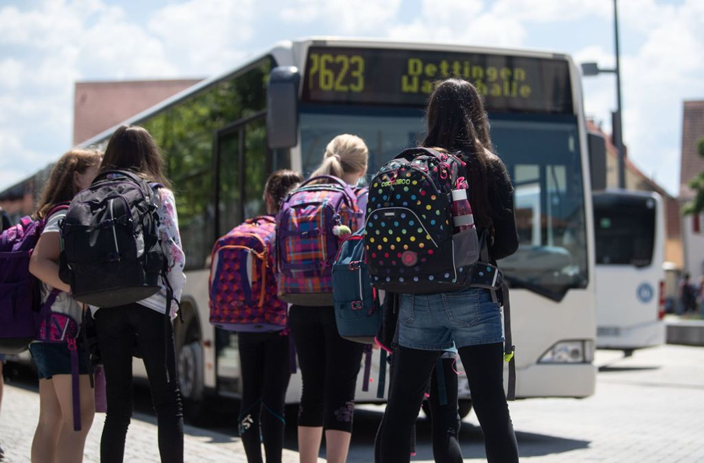 Schüler warten in Rottenburg/Neckar auf den Bus. Foto: picture alliance/dpa/Marijan Murat