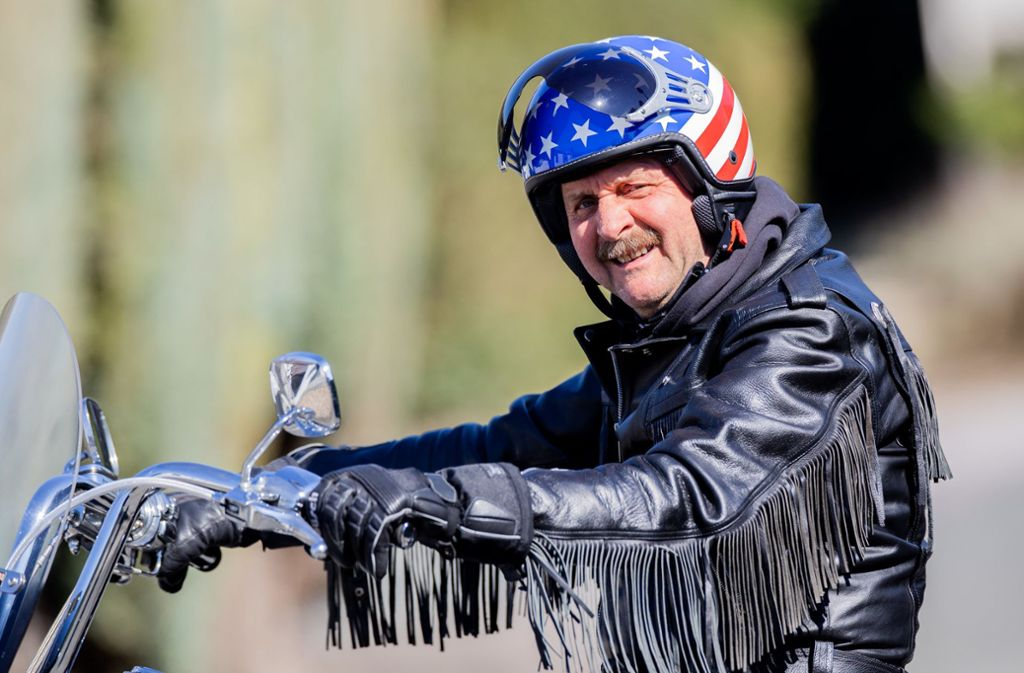 Peter Neururer auf seiner Harley – normalerweise fährt er nur zur Entspannung Motorrad. Doch wovon soll der Mann sich denn dieser Tage entspannen? Foto: dpa/Rolf Vennenbernd