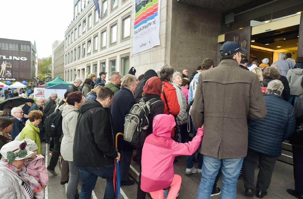 Großer Andrang vor dem Rathaus beim  Tag der offenen Tür Foto: Lg