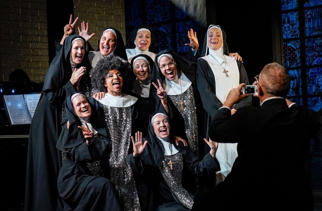 Der  erfolgreiche Nonnenchor mit Hilfsschwester Cäcilia (Tamara Wörner) in der Mitte Foto: /Tobias Metz