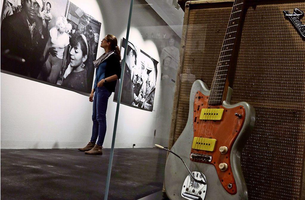 Eine alte Fender-Gitarre ud Szenen aus der Ami-Disco in Pattonville Foto: