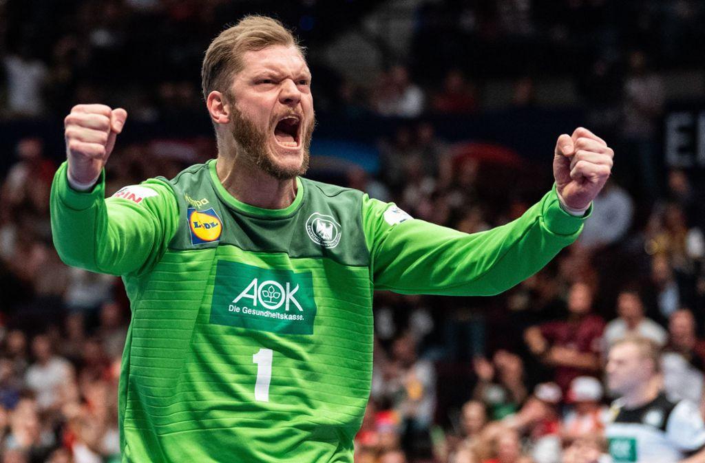 Torhüter Johannes Bitter freut sich über den Sieg der deutschen Handballer. Foto: dpa/Robert Michael