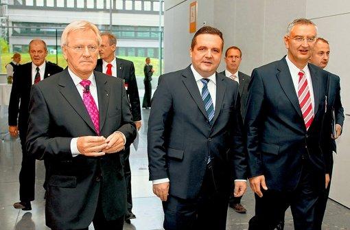 Sparkassenpräsident Peter Schneider (rechts) neben seinem Parteifreund Mappus Foto: dpa
