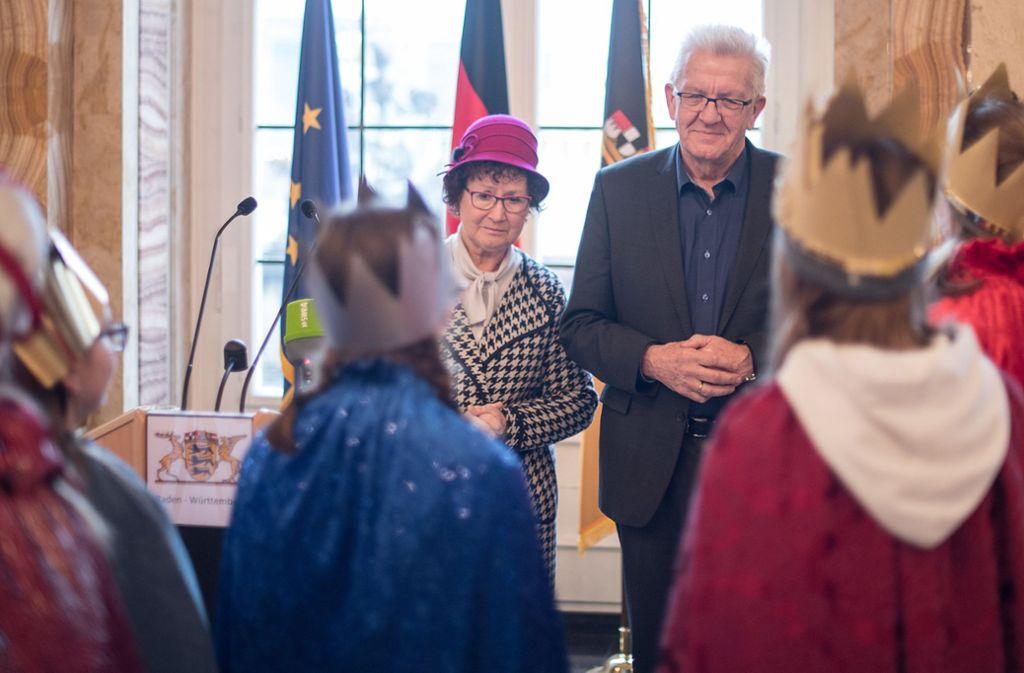 Winfried Kretschmann und seine Frau Gerlinde Kretschmann haben am Freitag die Sternsinger empfangen. Foto: dpa