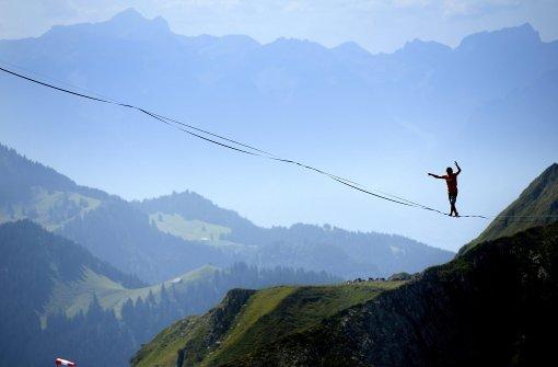 In 2000 Metern Höhe über dünne Bänder laufen