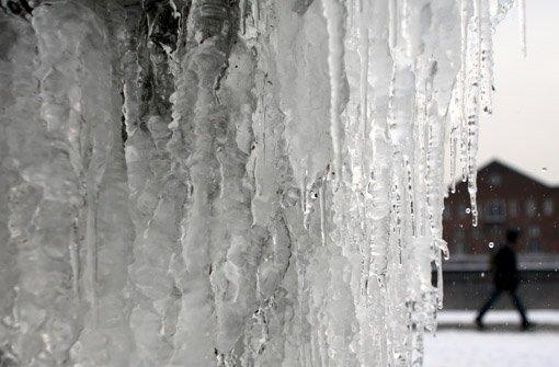 25.1: Buben werfen Eiszapfen auf Autos