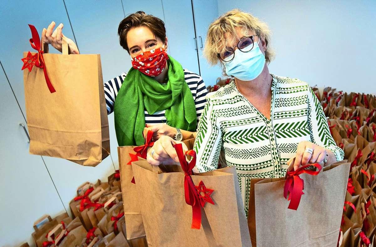 Hilfe für Drogenabhängige: Julia Ondracek (links) und Silvia Allgaier packen im Release-Zentrum Geschenke. Foto: Lichtgut/Leif Piechowski