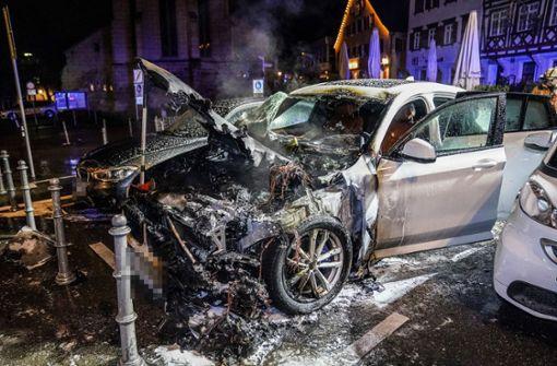 SUV auf Marktplatz ausgebrannt